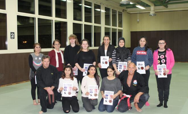"""Foto: Teilnehmer vom Workshop """"Gewaltprävention"""" mit Kelly Sachs und Mitarbeiter Fritz vom Verein """"Selbstbewusst und Stark"""""""