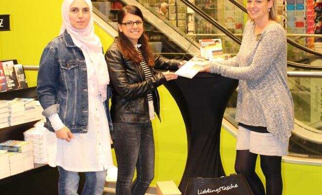 Foto (von links): Hatice Öksüz, Senay Gerlach (beide AWO-Integrations gGmbH) und Silke Johnen (Mayersche Buchhandlung)
