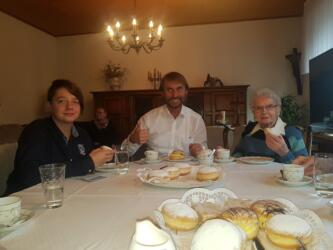 Foto: mit Theresia Sieveneck. Nach dem Hausgottesdienst gibt es immer Kaffee und Kuchen